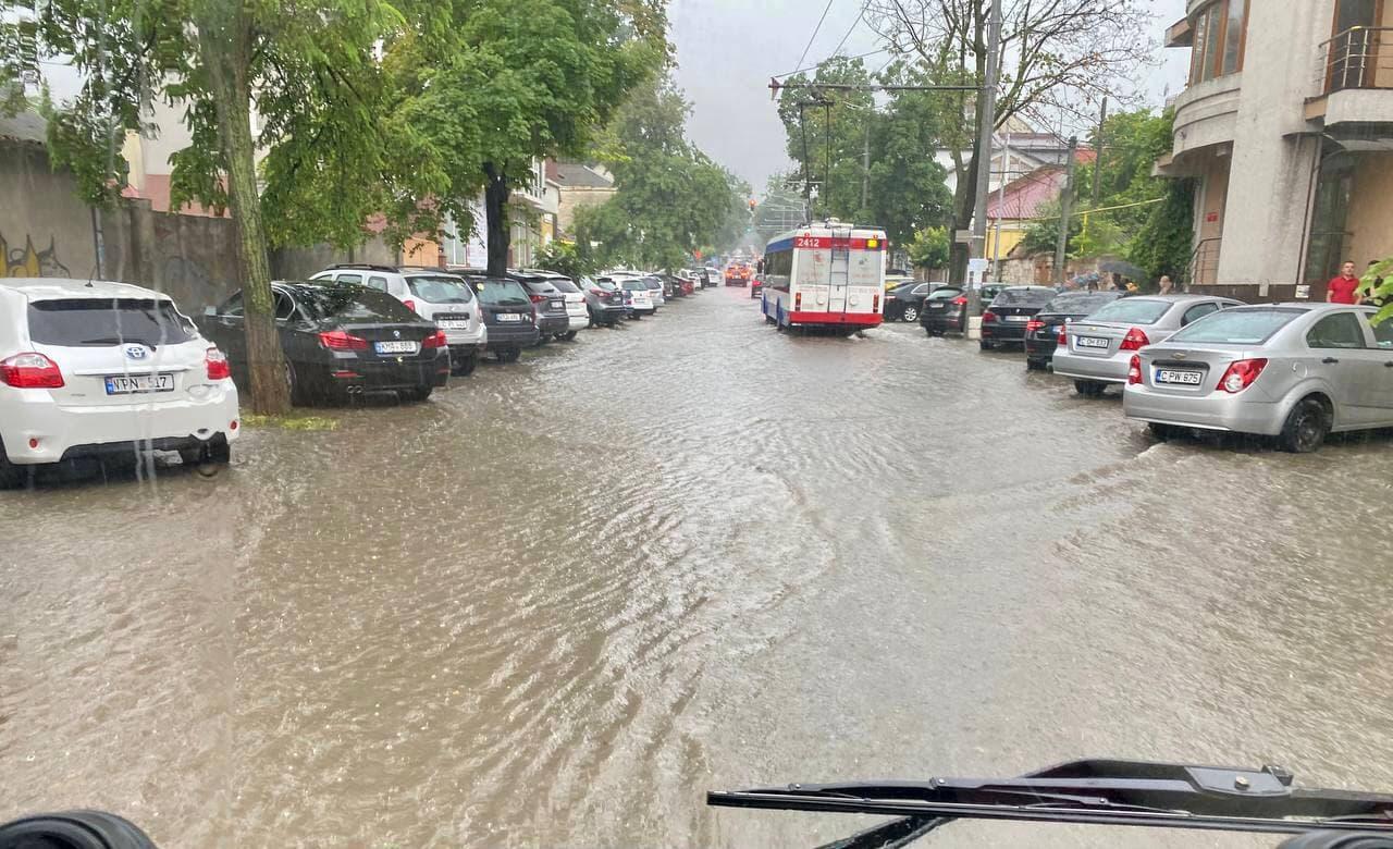 В Кишиневе дождем затопило несколько улиц, включая Албишоару (ВИДЕО/ФОТО)