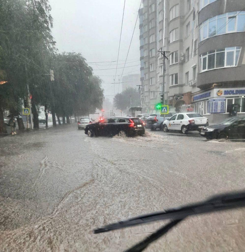 UPDATE Albișoara a devenit impracticabilă, iar alte străzi trebuie evitate. Mai multe rute de troleibuz staționează (VIDEO)