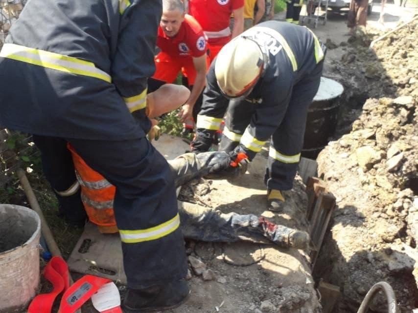 Peste un muncitor din Telenești s-a surpat un mal, în timp ce efectua săpături la sistemul de canalizare (FOTO)