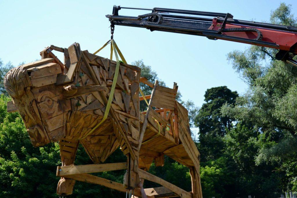 Взаповеднике Pădurea Domnească установили деревянную скульптуру зубра (ФОТО)