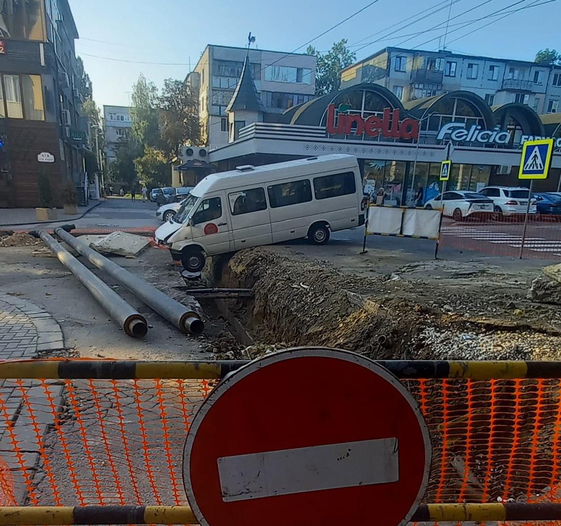 Un microbuz a ajuns într-un șanț de pe strada Paris din capitală (FOTO)