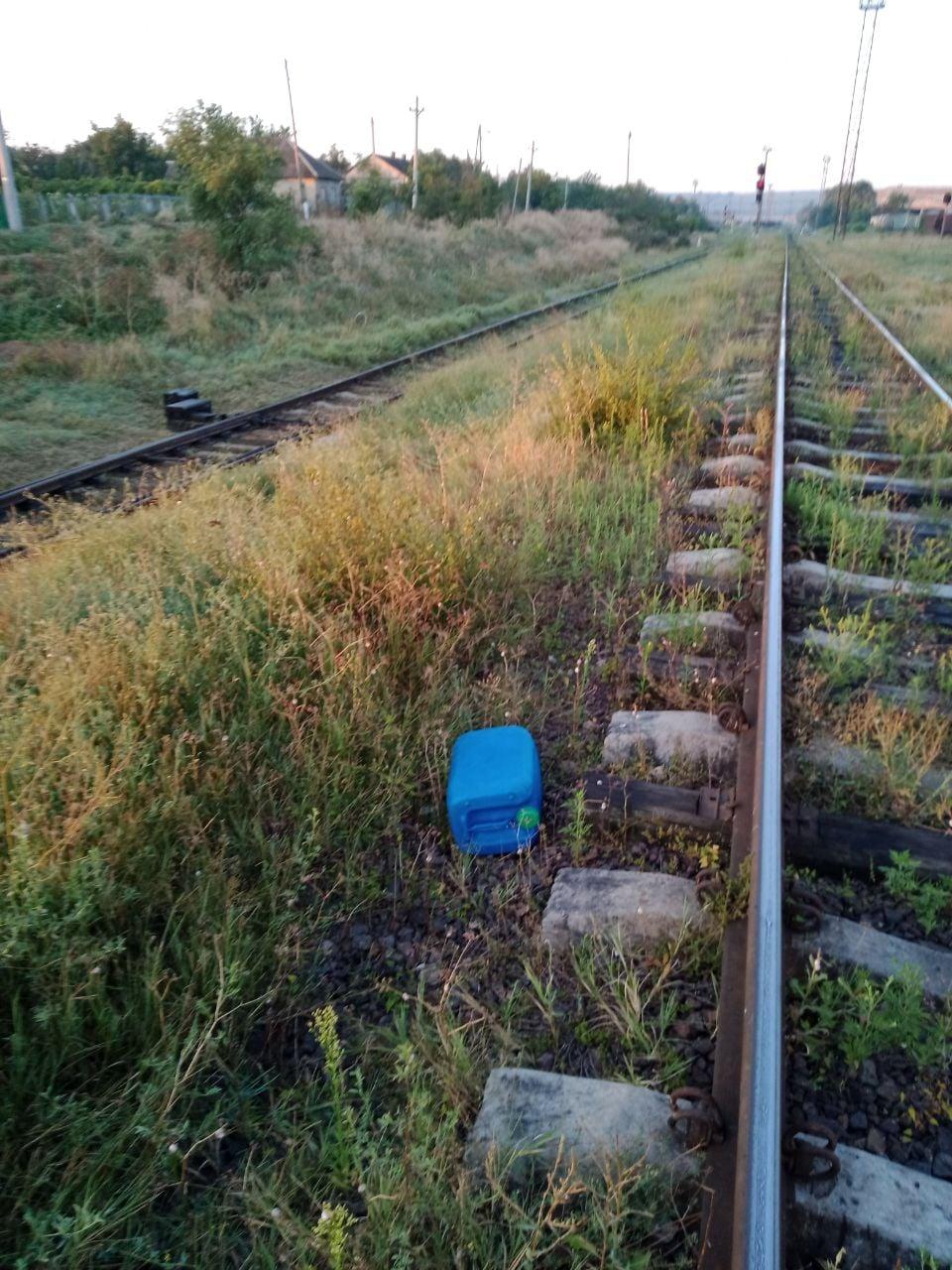 В Бессарабке вдоль железной дороги обнаружили канистры с 510 литрами дизеля (ФОТО)