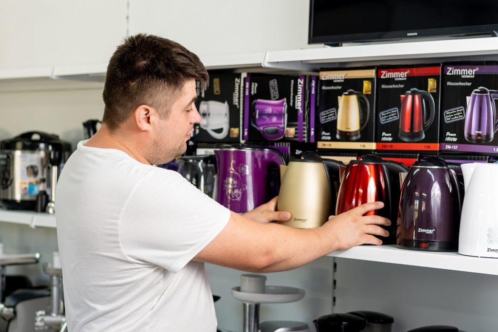 Mihail Ciubuc: Cu ajutorul Grantului de la Microinvest am cumpărat produse pentru noul meu magazin