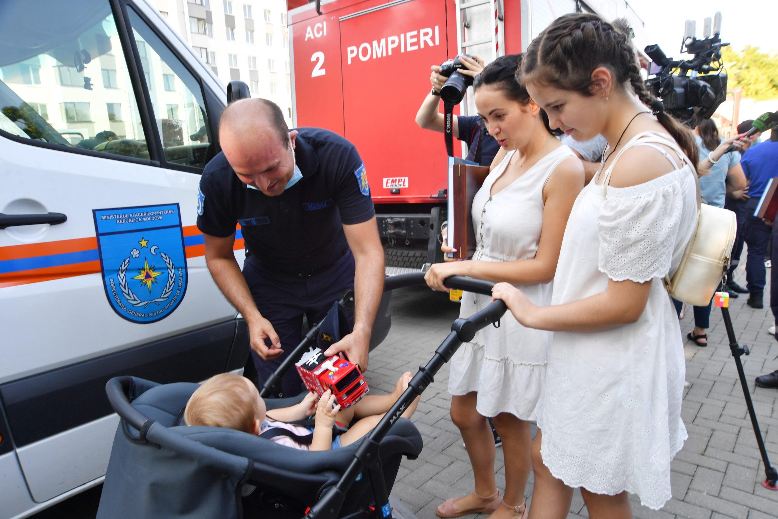 Молдавские пожарные вернулись изГреции. Как ихвстретили вКишиневе (Фоторепортаж NM)