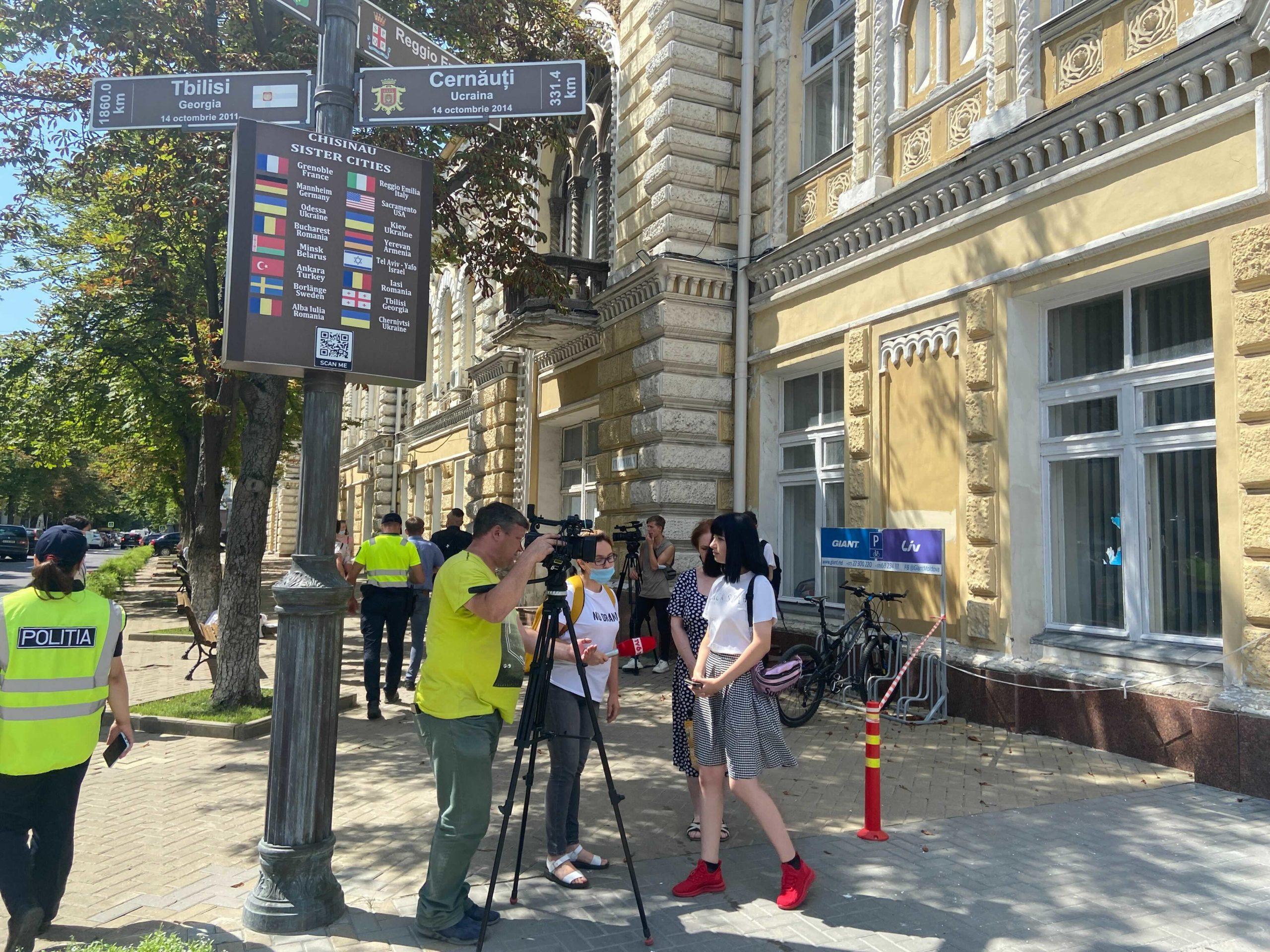 Защитники животных вышли напротест перед зданием мэрии Кишинева. Стрим NM