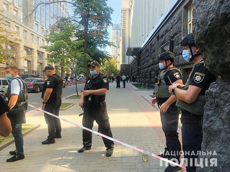 В Киеве мужчина угрожал взорвать гранату в здании правительства (ФОТО)