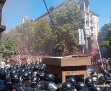 Protest la Kiev. Au avut loc ciocniri violente între polițiști și manifestanți lângă biroul lui Zelenski (VIDEO)