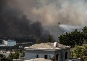 Locuitorii din Atena, îndemnați să rămână în spaţii închise, după ce fumul de la incendiile de vegetaţie s-a răspândit în capitală
