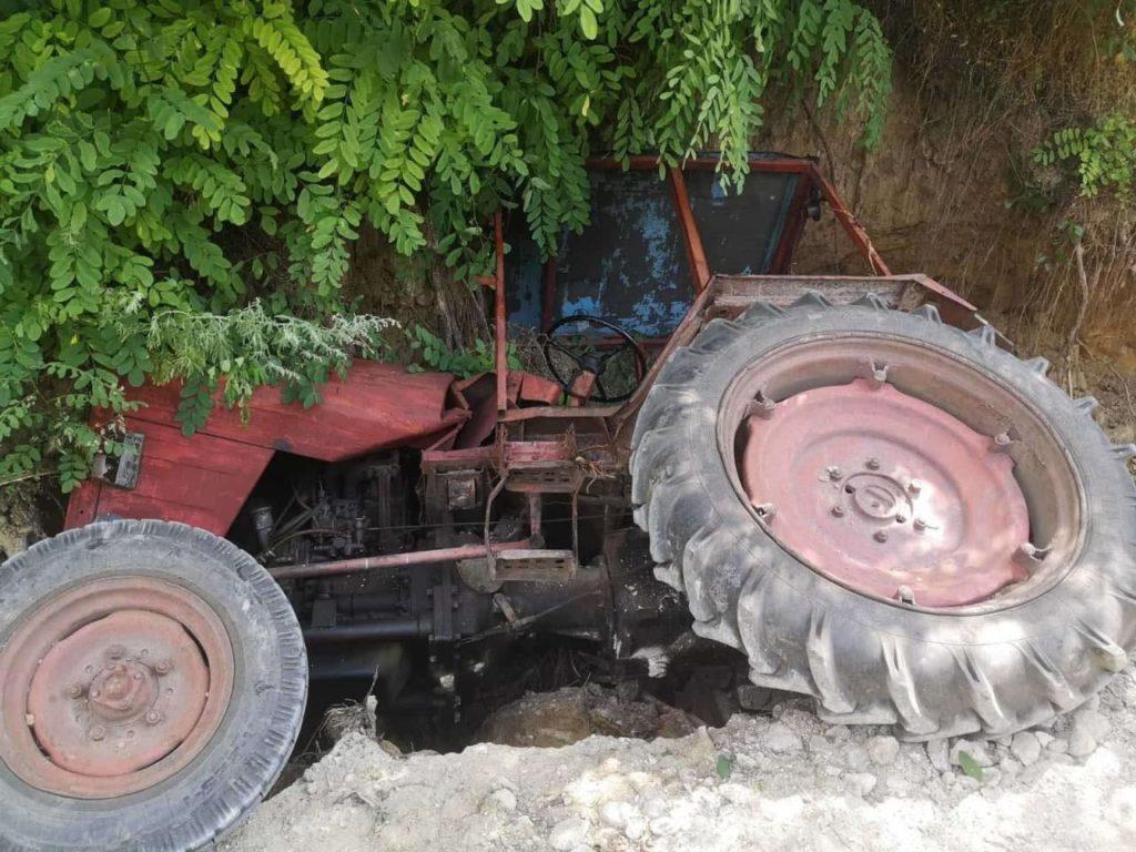 Un tractor s-a răsturnat în raionul Telenești. Șoferul, internat în stare gravă (FOTO)