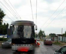 Un pensionar care traversa strada neregulamentar a fost lovit mortal de un autocar, în capitală