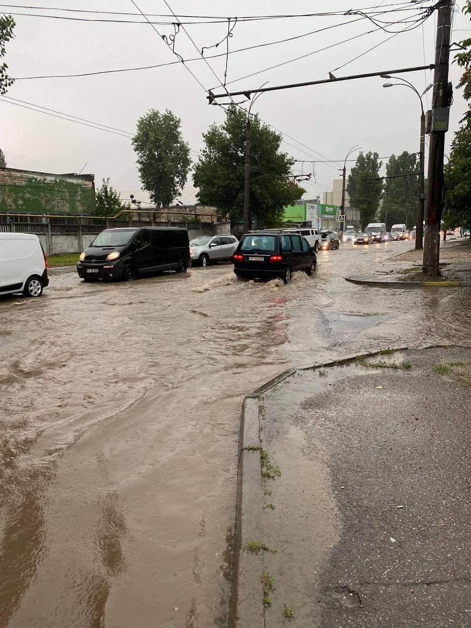 Unele rute de troleibuz circulă cu întârziere din cauza ploilor abundente. Precizările RTEC (FOTO)