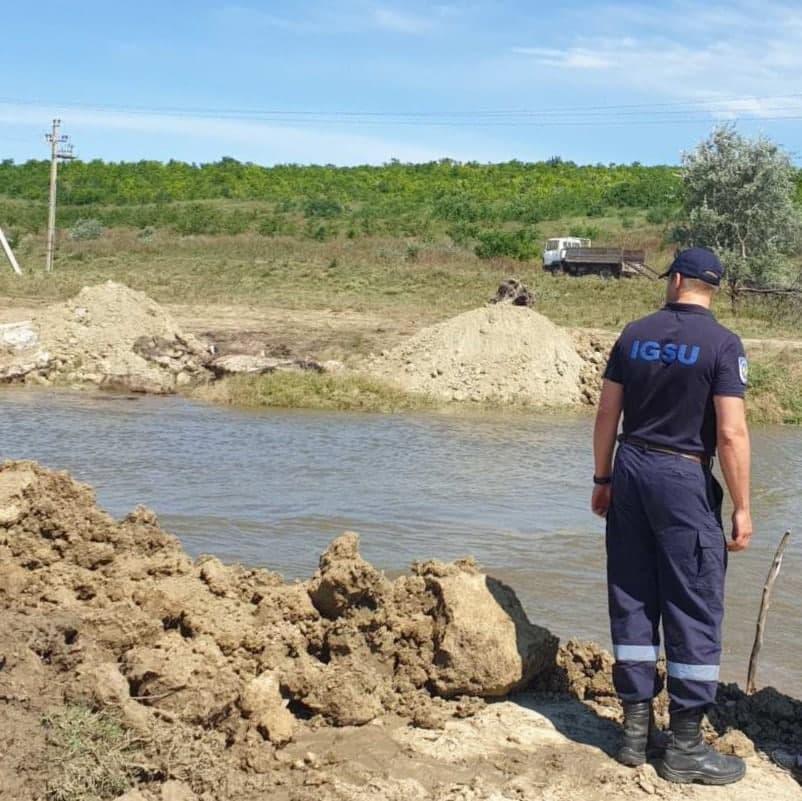В муниципии Комрат угроза наводнения. Вокруг озера сооружают дамбу (ФОТО, ВИДЕО)