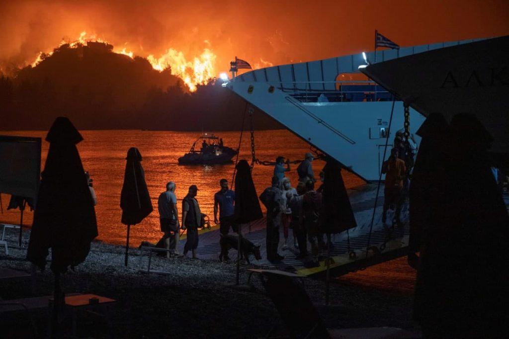 Grecia continuă să ardă. Aerul a devenit irespirabil la Atena (FOTO)