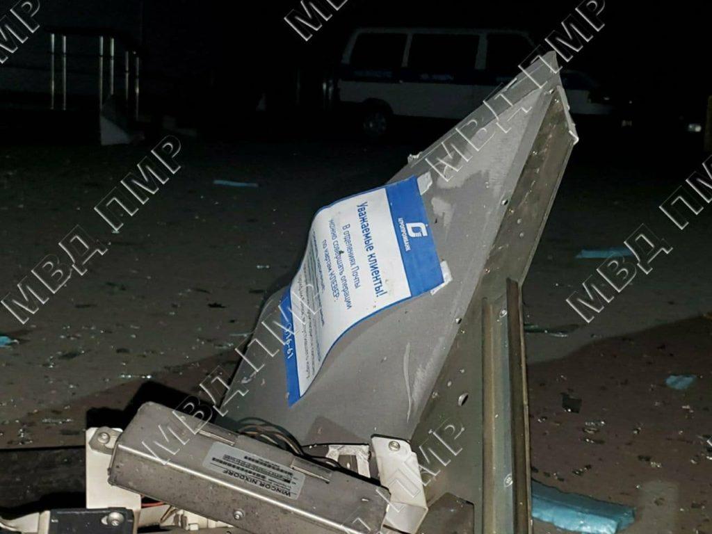 Trei indivizi au aruncat în aer un bancomat, la Tighina, și au reușit să fugă cu banii (FOTO)