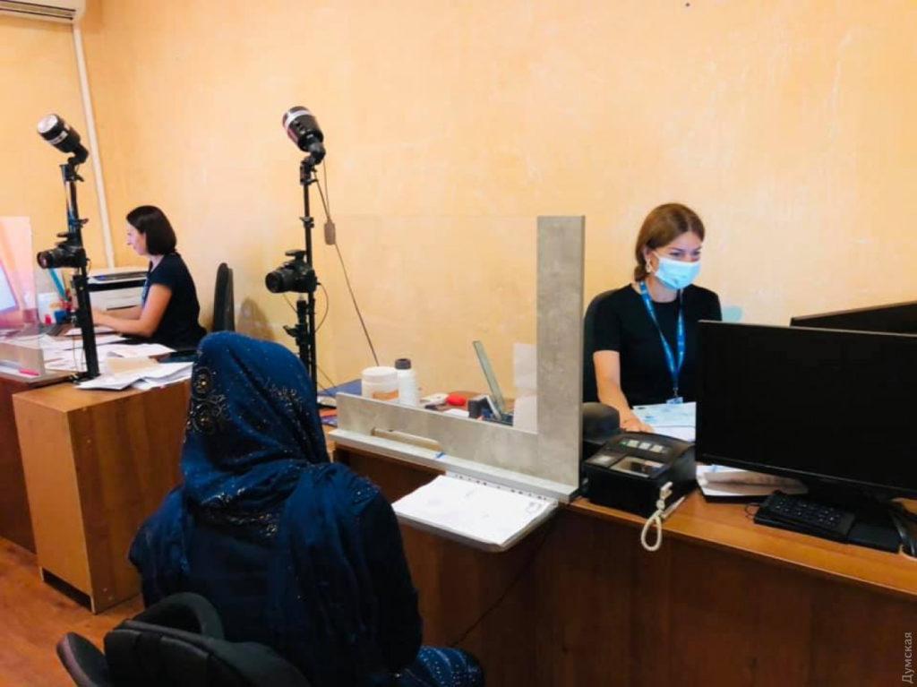 ВОдессу прибыли больше 100 беженцев изАфганистана. Один изних родился ваэропорту Кабула вожидании эвакуации