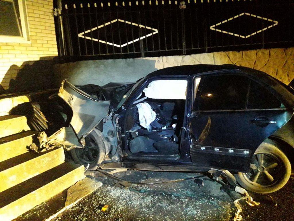 Насевере Молдовы автомобиль врезался взабор монастыря. Водитель погиб наместе (ФОТО)