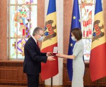 Майя Санду наградила «Орденом Почета» посла Франции в Молдове. В том числе за сотрудничество в борьбе с коррупцией