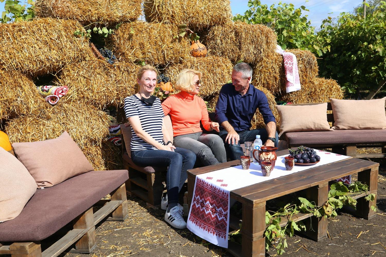 Башкан Гагаузии ипредставители дипмиссий собирали урожай винограда возле Комрата (ФОТО)