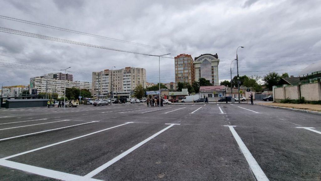 Parcarea din strada Ismail a fost amenajată. Circa 80 de locuri vor fi disponibile (FOTO)
