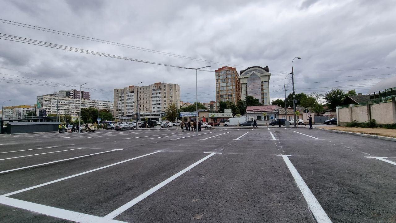 В центре Кишинева обустроили общественную парковку. Но мест должно было быть больше (ФОТО)