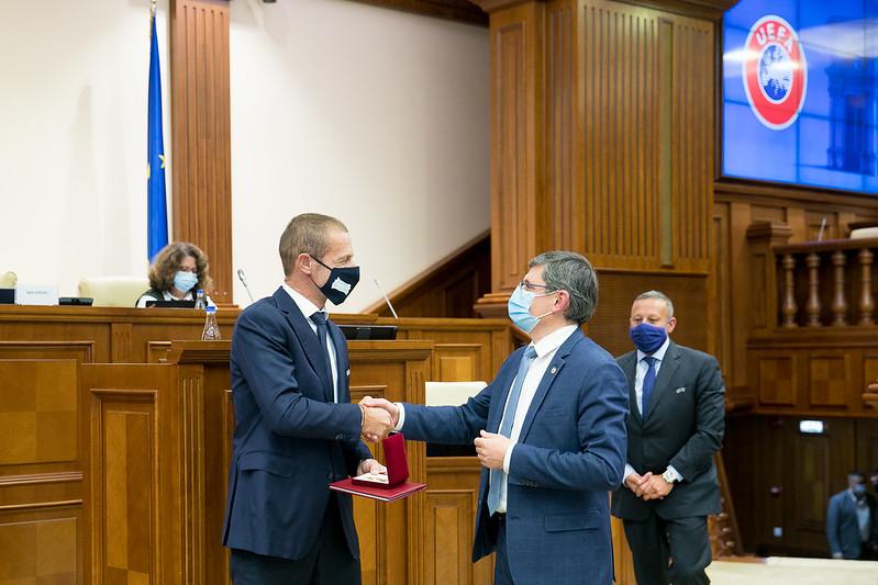 Гросу наградил медалью президента УЕФА (ФОТО)