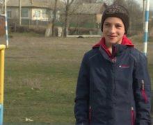 Спортсмены собрали деньги на дом для 13-летнего мальчика из многодетной семьи. На марафоне он пробежал 12 км в калошах