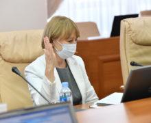 Непривитым медработникам, которые заболеют ковидом, не будут выплачивать пособия, в том числе посмертные. Инициативу Немеренко поддержал парламент