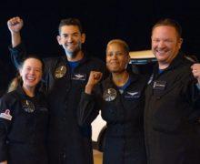 Космический корабль Crew Dragon стуристами успешно вернулся наЗемлю (ВИДЕО)