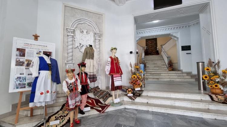 Primăria Chișinău găzduiește o expoziție de costume naționale ale diferitor etnii (FOTO)