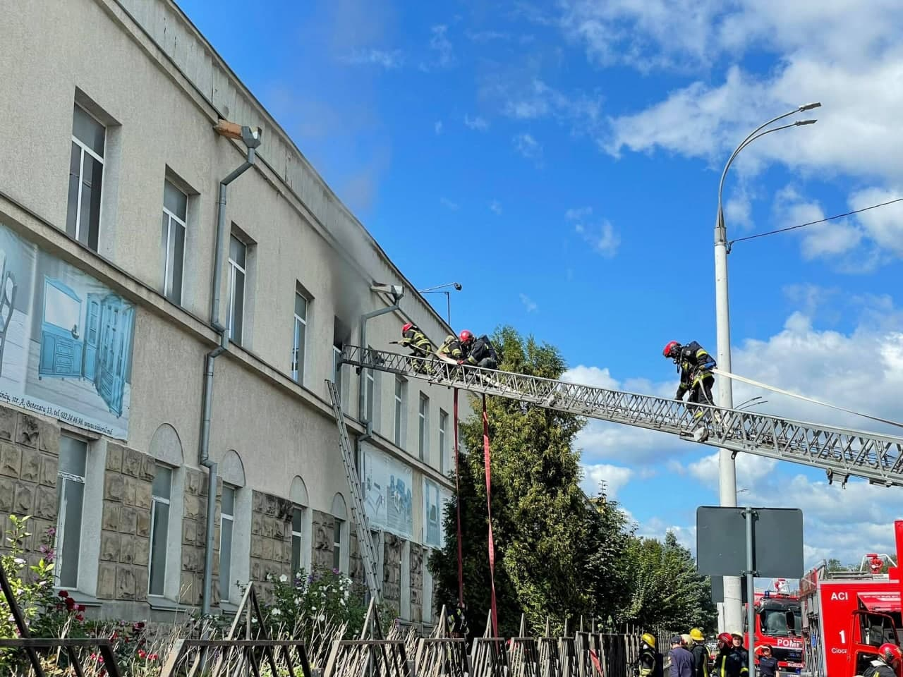 Incendiu la o fabrică de mobilă din capitală. Opt echipaje de pompieri au intervenit (FOTO)