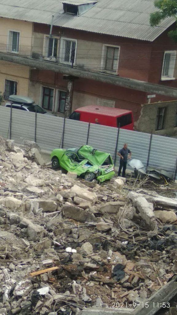 ВКишиневе при сносе ресторана под завалами оказался припаркованный рядом автомобиль (ФОТО)