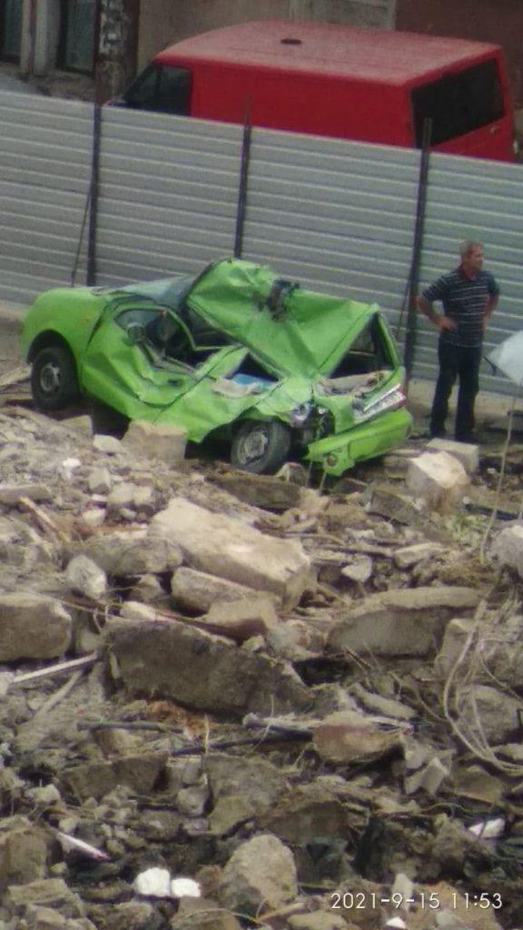 O mașină a fost făcută zob în timpul unor lucrări de demolare a unui restaurant din capitală (FOTO/VIDEO)