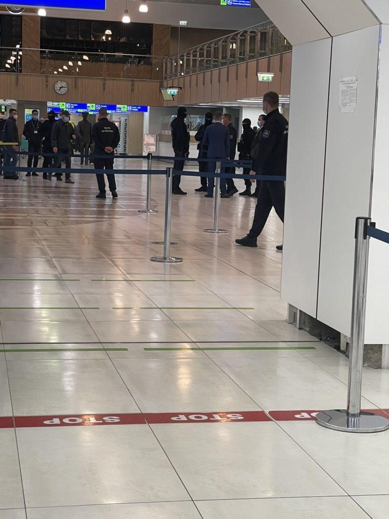 Percheziții la Aeroportul Chișinău. Mai mulți angajați ai Poliției de Frontieră au intrat în vizorul CNA (VIDEO)