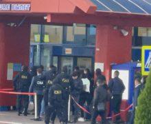 Noi detalii despre descinderile de la Aeroport. 13 polițiști de frontieră au fost reținuți