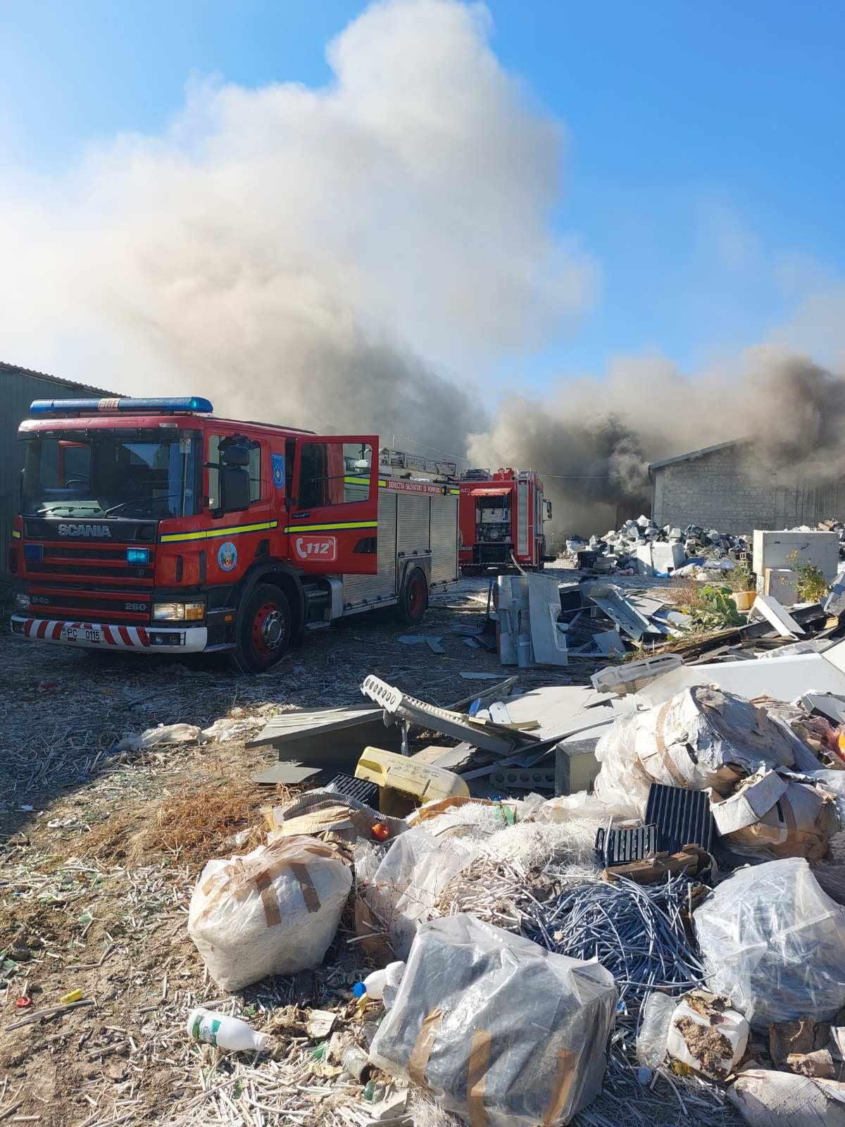В Кишиневе на Чеканах произошел пожар. На месте работали 70 пожарных (ФОТО, ВИДЕО) (ОБНОВЛЕНО)