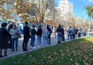 Coadă la punctul mobil de vaccinare anti-Covid din sectorul Râșcani al capitalei (FOTO)