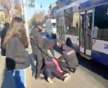 Жительница Кишинева устроила скандал в автобусе из-за маски. Ей понадобилась медицинская помощь