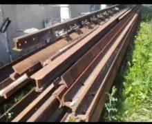 Un grup de tineri din Rîșcani furau elemente componente ale căii ferate. Unul dintre ei a fost reținut