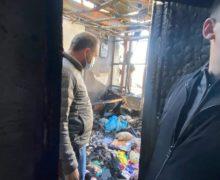 «Ищем решение, как помочь гражданам». Мэр Кишинева побывал на месте пожара в жилом доме на Буюканах (ФОТО)