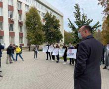 Deputații PSRM protestează la Curtea de Apel, unde este examinat arestul lui Stoianoglo (VIDEO)