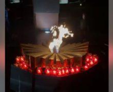 Намемориале «Вечность» снова зажгли огонь. Жители Кишинева принесли на мемориал свечи (ОБНОВЛЕНО)