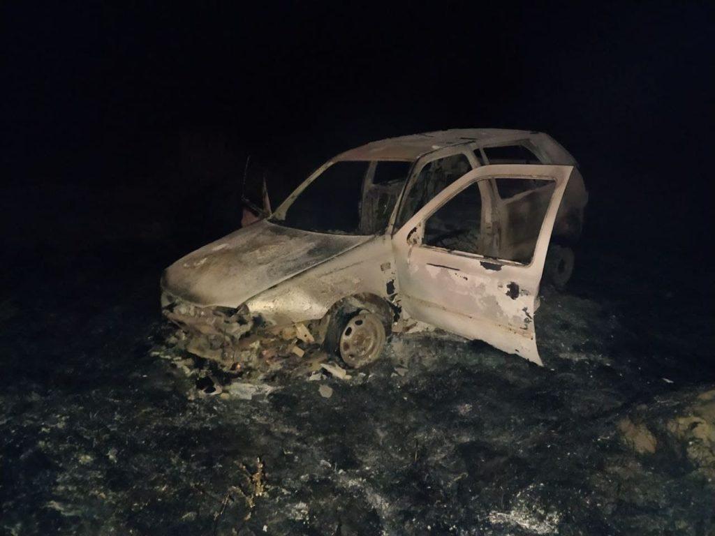 Orhei: un șofer beat a ajuns cu mașina într-un câmp. Autoturismul a ars în întregime, iar doi oameni au fost spitalizați (FOTO)